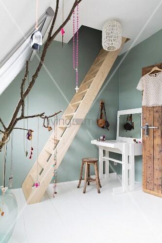 feminines dachzimmer mit holzleiter und weissem schminktisch an pastellgr ner wand bild kaufen. Black Bedroom Furniture Sets. Home Design Ideas