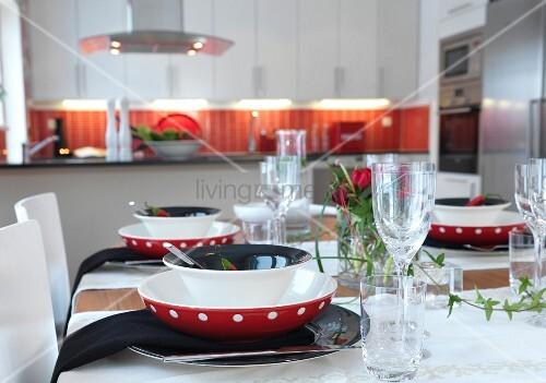 festlich gedeckter tisch mit efeugirlande in offener k che bild kaufen living4media. Black Bedroom Furniture Sets. Home Design Ideas