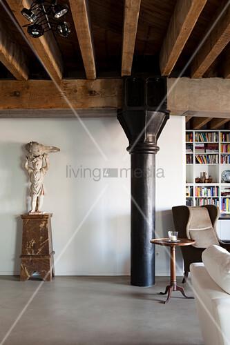 loft wohnung mit holzbalkendecke und schwarzer metallst tze seitlich skulptur auf sockel und. Black Bedroom Furniture Sets. Home Design Ideas