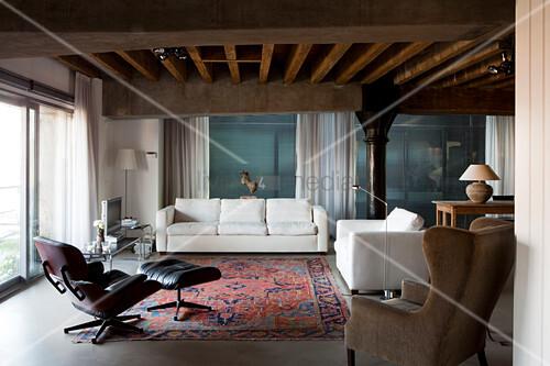 loungebereich mit klassiker sessel und weisse moderne. Black Bedroom Furniture Sets. Home Design Ideas