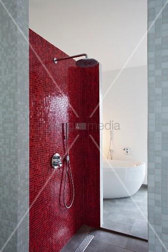 Duschbereich Mit Roten Mosaikfliesen Blick Durch Öffnung Auf - Mosaik fliesen für den duschbereich