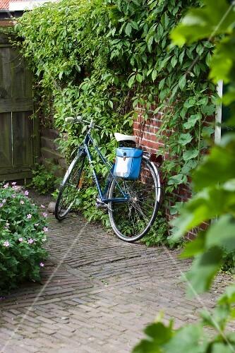 Fahrrad an Ziegel Hauswand gelehnt