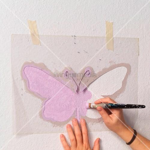 zart lilafarbene schablonenmalerei an wand selbstgemachte schmetterling schablone mit. Black Bedroom Furniture Sets. Home Design Ideas