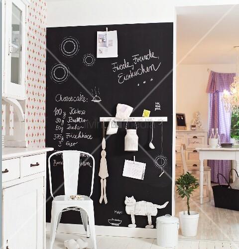 kreidetafel als memobord an wand in l ndlicher k che davor retro metallstuhl bild kaufen. Black Bedroom Furniture Sets. Home Design Ideas