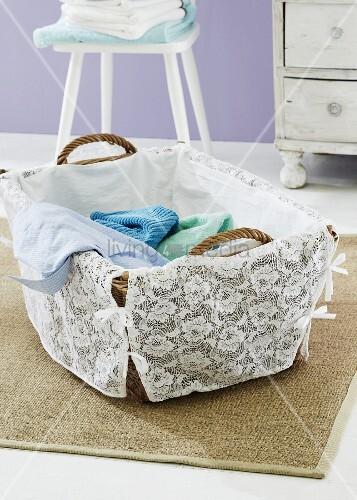 DIY - mit Spitze romantisch verzierter Wäschekorb