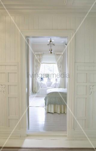 Blick durch offene Tür in herrschaftlichen Schlafraum