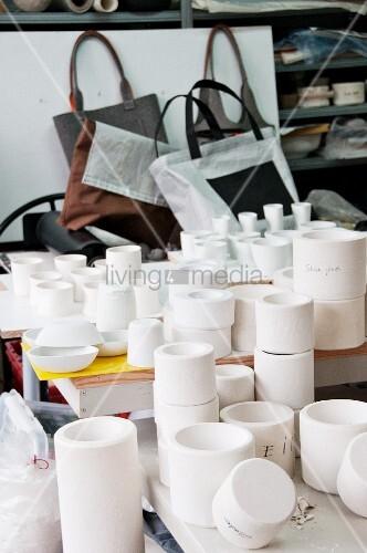Verschiedene Rohlingsformen aus Ton in der Werkstatt