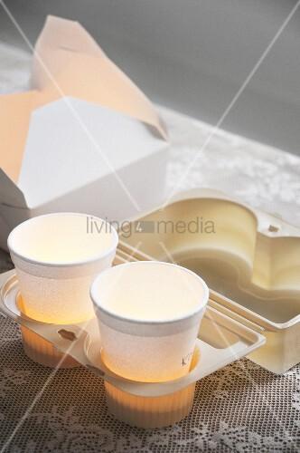 Pappbecher mit Teelichtern in To-Go-Tablett mit Food-Box