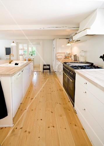 k chenzeile mit weissen unterschr nken und freistehender theke in k che mit dielenboden bild. Black Bedroom Furniture Sets. Home Design Ideas