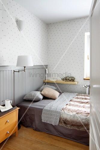 Holzvertäfelung schlafzimmer mit doppelbett halbhoher holzvertäfelung und
