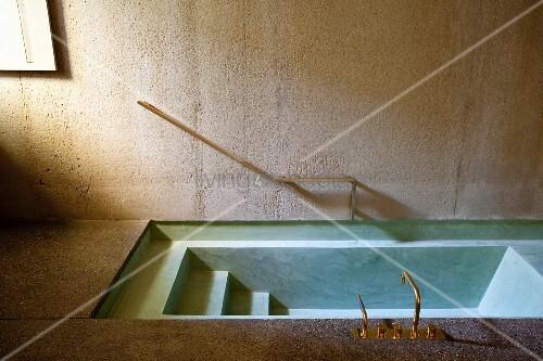 Eingelassene Badewanne in boden eingelassene badewanne aus beton und messingarmatur