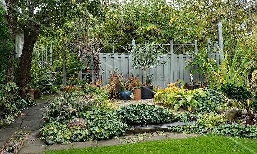 Herbstlicher Garten mit vielfältigen Beetstrukturen