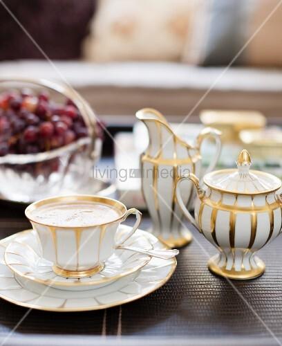 traditionelles wei es kaffeegeschirr mit goldmuster zuckerdose und milchk nnchen bild kaufen. Black Bedroom Furniture Sets. Home Design Ideas