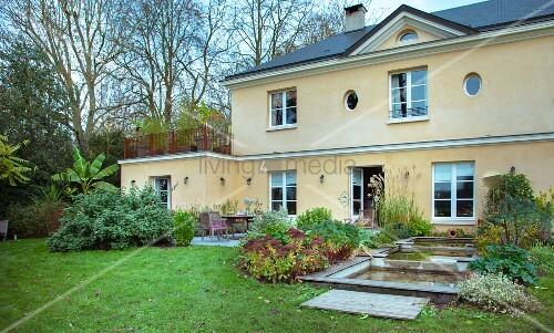 Französisches Landhaus, Gartenseite mit Terrasse und Wasserbecken ...
