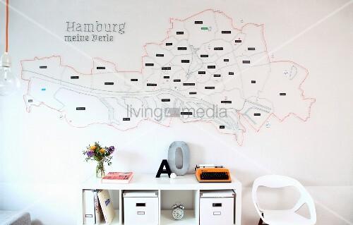 stilisierter stadtplan von hamburg mit n geln und f den bespannt ber einem schreibtisch bild. Black Bedroom Furniture Sets. Home Design Ideas