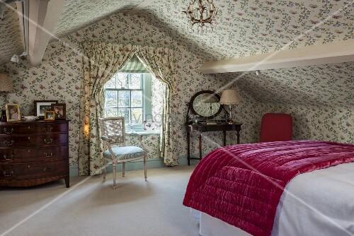Schlafzimmer Unter Dem Dach Im Englischen Stil Mit Blümchentapete An Wänden  Und Decke, Vorhänge Mit Gleichem Dessin