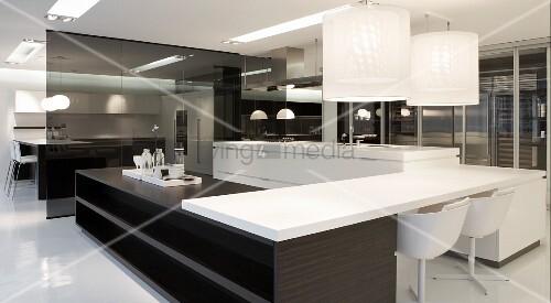 Designer Küche Mit Schwarz Weiss Elementen   Hängeleuchten über  Tischplatte, Aufgelegt Auf Theken Korpus Aus Holz