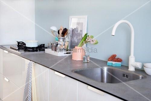 wei e k chenzeile mit hellblauer spritzschutz wand vase und k chenutenslien bild kaufen. Black Bedroom Furniture Sets. Home Design Ideas