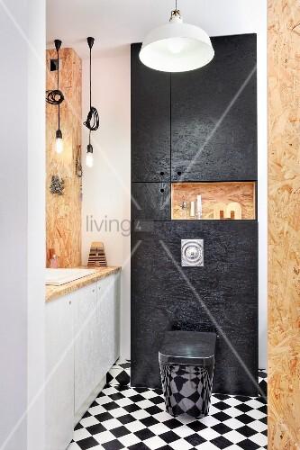 ma gefertigtes badezimmer aus osb platten schachbrettboden und schwarzer toilette bild kaufen. Black Bedroom Furniture Sets. Home Design Ideas