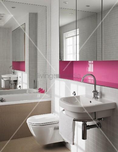 waschbecken mit handtuchhalter unter pinkfarbener wandnische und eingebautem spiegelschrank im. Black Bedroom Furniture Sets. Home Design Ideas