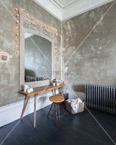 rustikaler holztisch und retrohocker vor spiegel mit. Black Bedroom Furniture Sets. Home Design Ideas