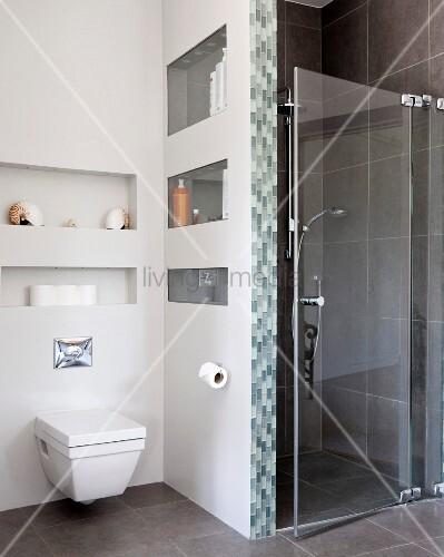 h nge wc an wand oberhalb nischen neben duschbereich mit glast r bild kaufen living4media. Black Bedroom Furniture Sets. Home Design Ideas