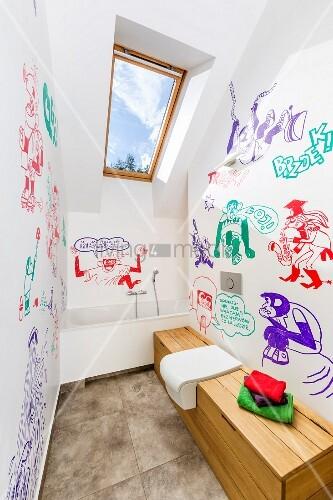 Modernes Bad Unter Dem Dach, Mit Verschiedenfarbigen Comiczeichnungen An  Wand