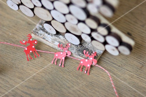 tannenbaum aus holzscheiben girlande aus elchen bild. Black Bedroom Furniture Sets. Home Design Ideas