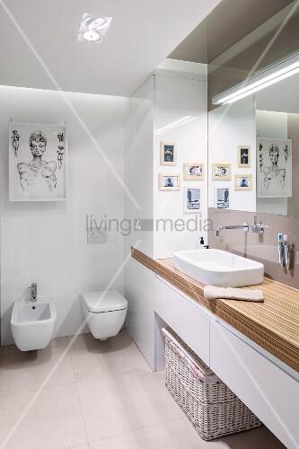 Moderne Bilder in Designerbad mit viel Stauraum in Einbauschrank und Waschtischunterbau
