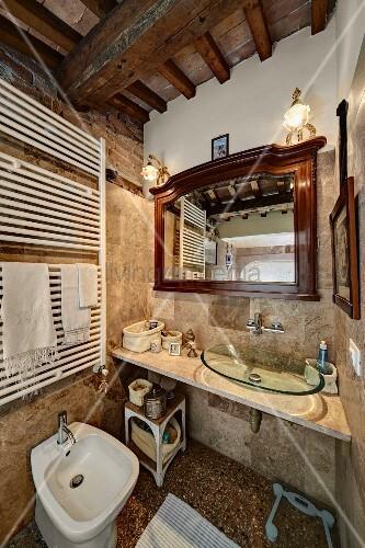 Rustikales Bad mit Holzbalkendecke, Waschtisch mit moderner ...