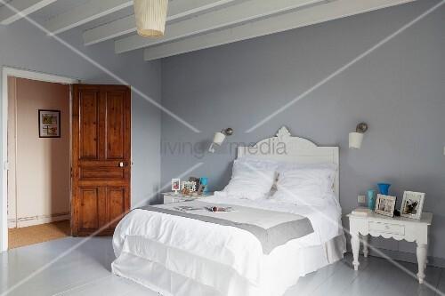 Französisches Schlafzimmer mit graublauem Dielenboden und Wänden, weißes Bett
