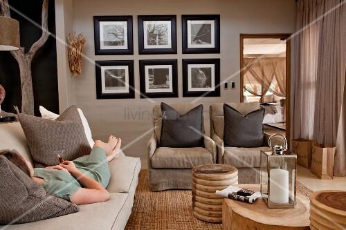 Elegant Frau Auf Couch Als Couchtisch Im Wohnzimmer Mit Naturtnen With Mbel  Baumstamm