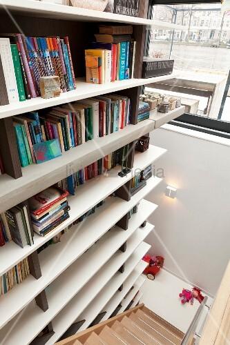 moderne treppe bucherregal, modernes bücherregal entlang einer treppe – bild kaufen – living4media, Design ideen