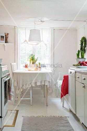 Ländliche Küche mit Essplatz am Fenster … – Bild kaufen ...