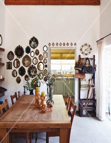 sammlung ovaler spiegel und bilderrahmen an der wand im esszimmer mit holztisch bild kaufen. Black Bedroom Furniture Sets. Home Design Ideas