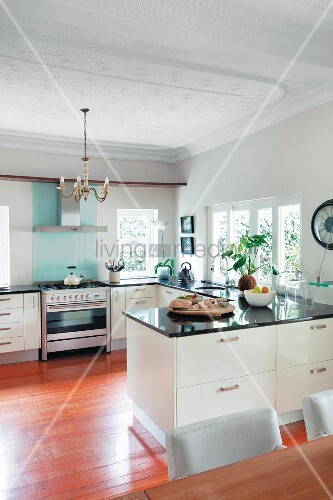 moderne offene wei e k che mit schwarzer steinarbeitsplatte bereck und stuckdecke bild. Black Bedroom Furniture Sets. Home Design Ideas