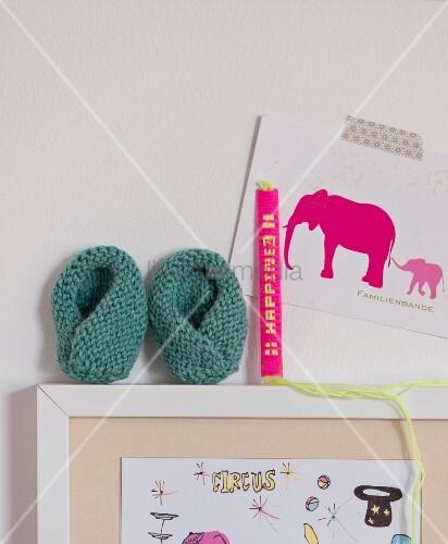 Stricken mit der Häkelnadel: Geknookte Babyschuhe