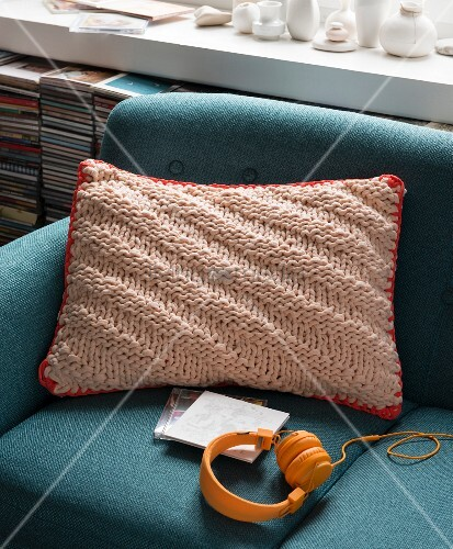 A knooked cushion with a crocheted edge – knitting with a hook