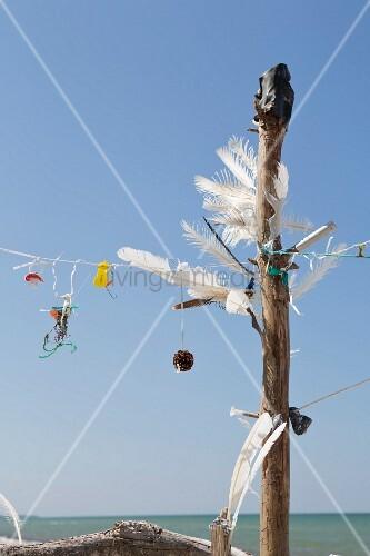 Kunstwerk aus Treibgut am Strand von Prerow (Ostsee, Deutschland)