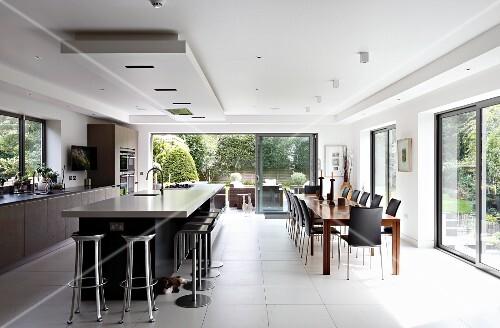 moderne offene k che mit k cheninsel unter deckenfeld und grossz giger essplatz bild kaufen. Black Bedroom Furniture Sets. Home Design Ideas