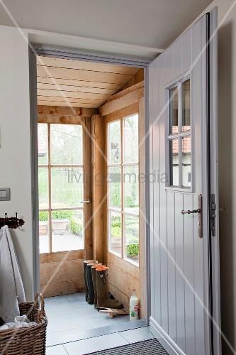 Haustür Windfang vorraum mit offener haustür grau lackiert und blick in