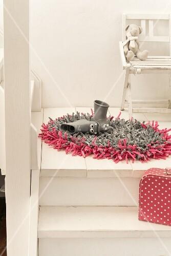 Jerseyteppich in Grau & Pink aus Stoffstreifen gehäkelt