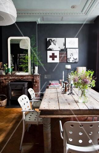 Weiße Stühle Esszimmer   Weisse Stuhle Mit Lochmuster Um Rustikalen Holztisch Im Esszimmer