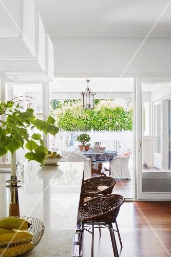 polierte theke und barhocker mit rattan bild kaufen 11425617 living4media. Black Bedroom Furniture Sets. Home Design Ideas