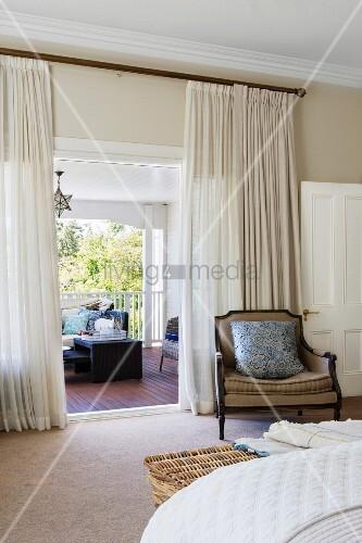 Antiker Sessel im Schlafzimmer vor Vorhang, Blick auf Sitzplatz in ...