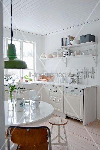 Weiße Landhausküche mit Essplatz