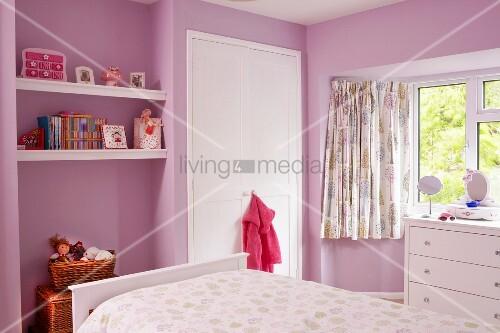 rosa get ntes kinderzimmer blick ber bett auf nische mit eingespannten ablagen und weisser. Black Bedroom Furniture Sets. Home Design Ideas