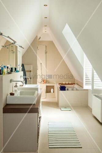 Badewanne dachgeschoss  Grosszügiges Bad in ausgebautem Dachgeschoss; Waschtisch mit zwei ...