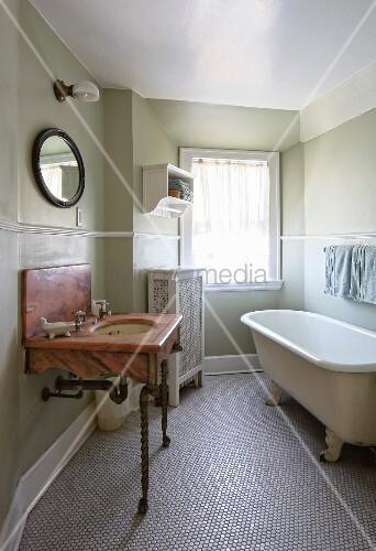 marmor waschtisch auf gedrechselten metallf ssen und freistehende vintage badewanne auf. Black Bedroom Furniture Sets. Home Design Ideas