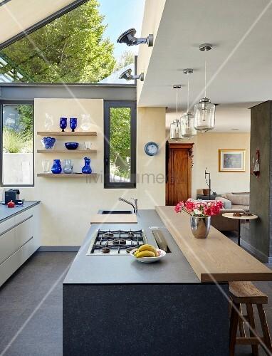 Moderne Küche mit Kochinsel und ... – Bild kaufen – 11444093 ...